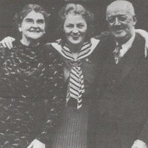 Gracie Fields and parents | Gracie Fields website