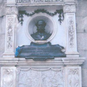 Embankment monument   Jeanne Strang