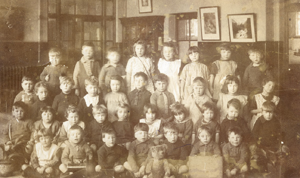 Class photograph of children at Barrow Hill Infants School, 1920s | Copyright Westminster City Archives