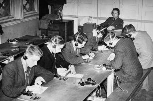 Recruits inscribe message sent by instructor at the end of the room   IWM 7518