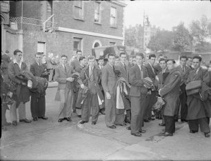 Recruits receiving issue of service clothing at Aircrew Reception Centre | IWM CH 7521